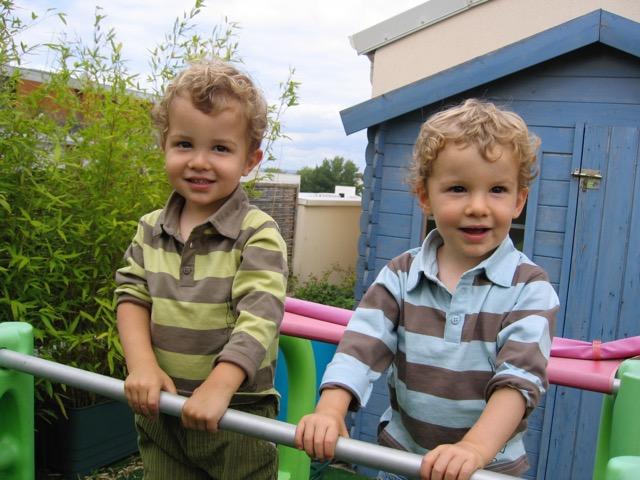 Jumeaux dans un jardin d'enfants