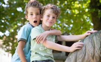 2 enfants bilingues jouent