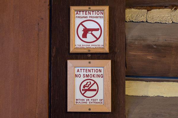 Campus universitaire USA - Panneaux No guns et No smoking à l'entrée d'un batiment