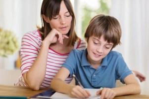 Une maman fait les cours de français avec son fils