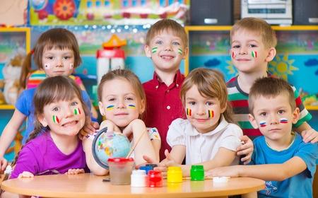 Groupe d'enfants bilingues dans une classe