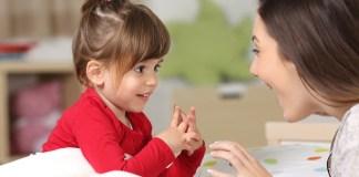 Une maman parle à sa petite fille dans sa langue minoritaire.