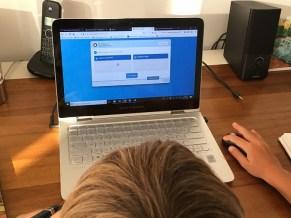 Un enfant fait des exercices de français sur Savio.fr