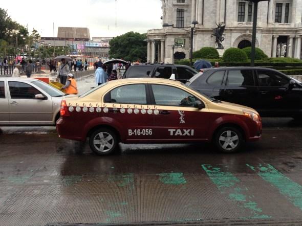 Este es un taxi excepcionalmente nuevo. La mayoría son Nissan Tsurus.