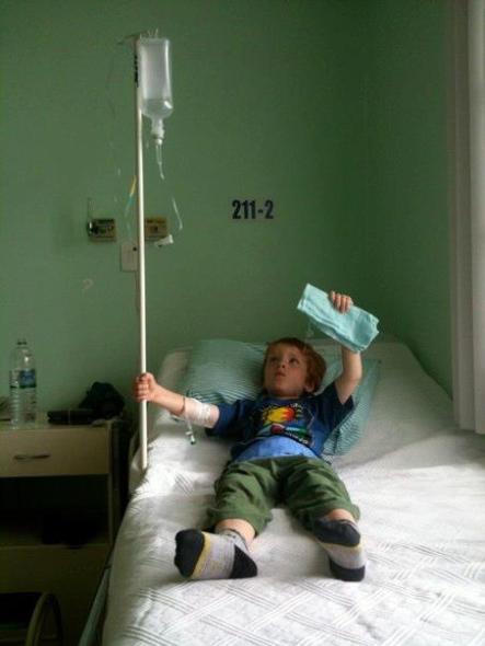 Mi hijo en un hospital de Brasil, recuperándose de la fiebre.