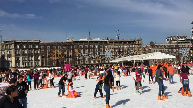 Patinando sobre hielo en el zócalo de México