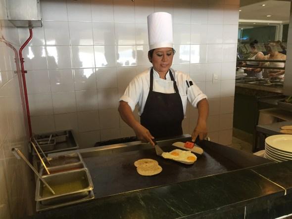 Cocinera en el hotel Fiesta Americana