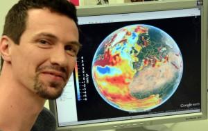 Esta fotografia é do Instituto de Geodesia e Geoinformação da Universidade de Bonn, com uma ilustração global do aumento dos níveis do mar no monitor de seu computador. As várias cores representam os diferentes níveis. Credit: © Photo: Johannes Seiler/Uni Bonn