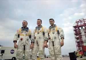 "A equipe principal da Apollo 1: Virgil ""Gus"" Grissom, Edward H. White e Roger Chaffee, durante treinamento na Flórida. Créditos: NASA"