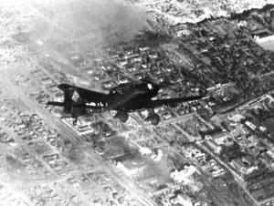 """Bombardeiro de Mergulho Ju-87 """"Stuka"""" sobrevoando a destruída Stalingrado (Fonte: Arquivo Federal Alemão / Autor: Opitz)"""