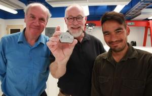 Paul Warren, Edward Young (que segura uma amostra de rocha lunar) e Issaku Kohl