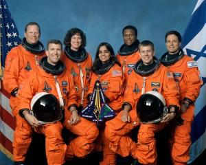 A tripulação do STS -107: Sentados na frente são os astronautas Rick D. Husband (à esquerda), comandante da missão; Kalpana Chawla, especialista de missão; e William C. McCool, piloto. Em pé são: ( da esquerda) os astronautas David M. Brown, Laurel B. Clark e Michael P. Anderson, todos s especialistas de missão; e Ilan Ramon, especialista de carga que representa a Agência Espacial Israelense.