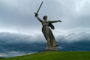 """A estátua """"Mãe Pátria Chama"""" homenageia os mortos em Stalingrado. Construída em Volgogrado (antiga Stalingrado), possui 90m de altura."""