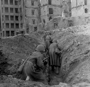 Trincheiras assim eram comuns entre os prédios de Stalingrado. Os soviéticos fizeram de tudo para segurar os alemães (Fonte: Arquivo Federal Alemão / Autor: Desconhecido)