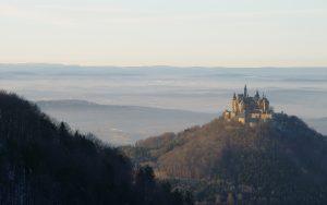 Vista do horizonte do Castelo Hohenzollern, em seu morro, e da área entre as cidades de Hechingen e Bisingen, à 50 km de Stuttgart (Fonte: Wikicommons / Autor: Zollernalb - 2007)