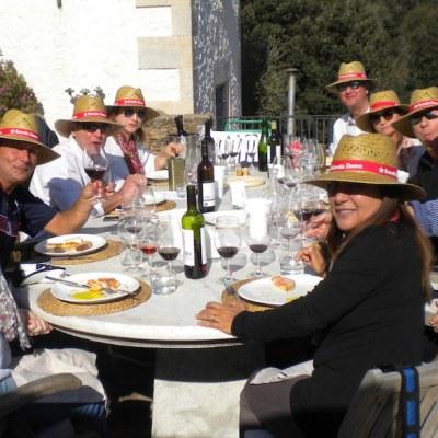 Grupo disfrutando cata de vinos con almuerzo incluido en un lugar bello DeVinoClub