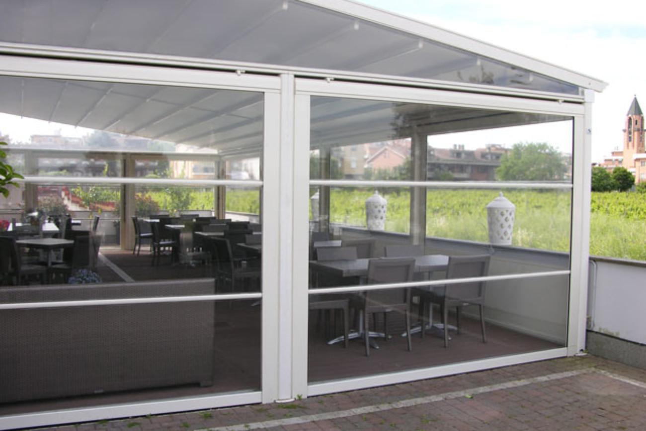 Che ti consentono di vivere gli spazi in esterno con un elegante e robusta copertura, offrendoti un piacevole confort grazie alla ventilazione naturale. Tende Verticali Con Barre In Alluminio Nel Telo De Vivo Showroom