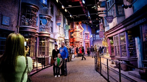 Warner-Bros-Studio-Tour-London-The-Making-of-Harry-Potter-Attraction-featured