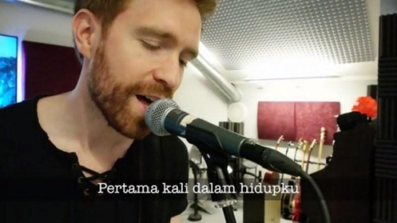 """<div>[VIDEO] Bule Ini Menciptakan Lagu """"Nasi Padang"""" Untuk Menunjukkan Rasa Cintanya Sama Indonesia</div>"""