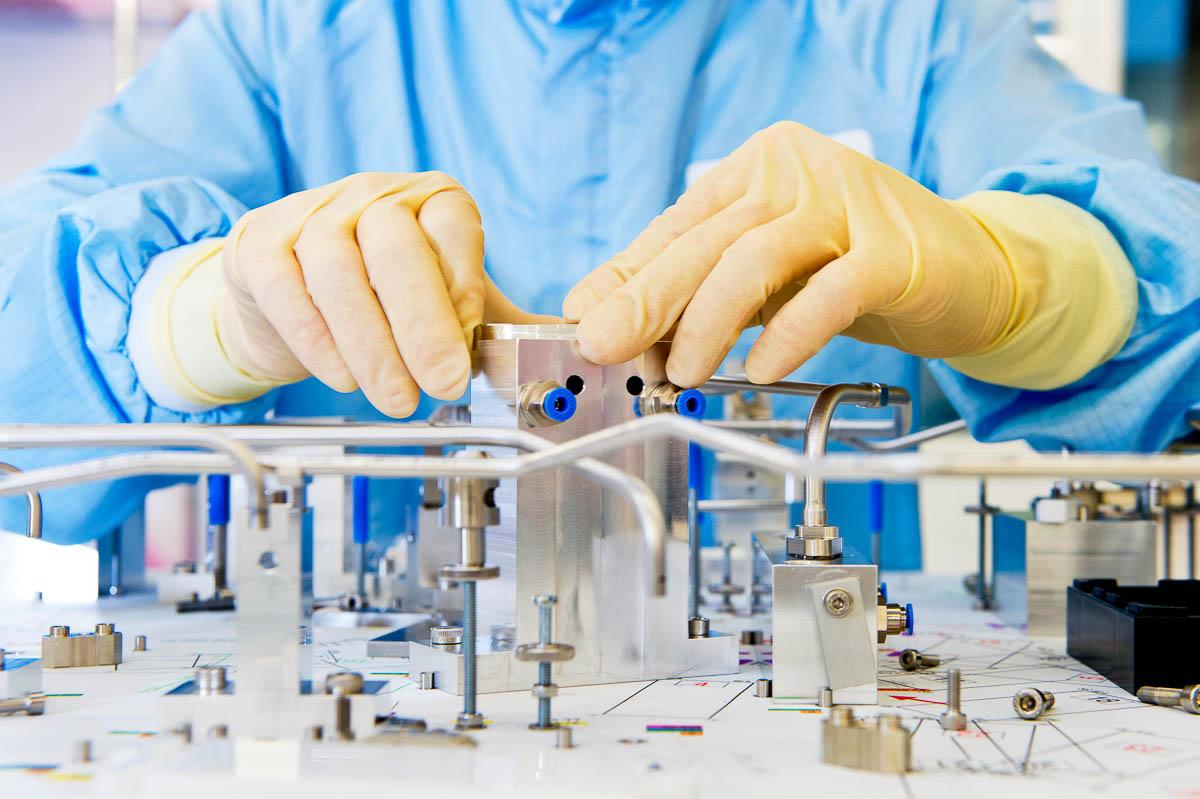 Cleanroom assemblage voor het Jaarverslag Aalberts Industries 2012