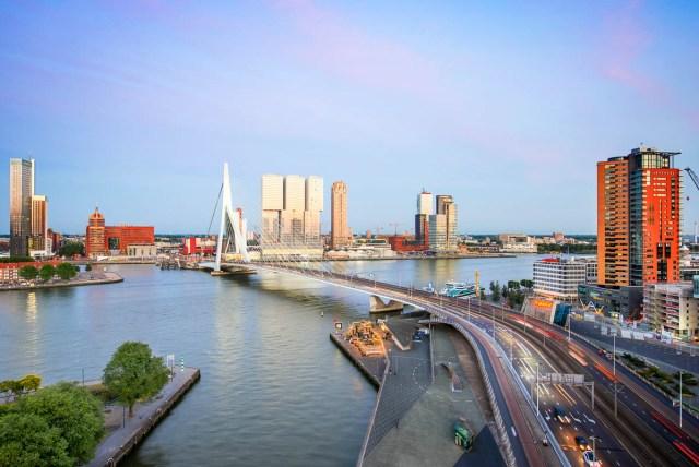 Zonsondergang over de Erasmusbrug in Rotterdam met een uitzicht over de stad