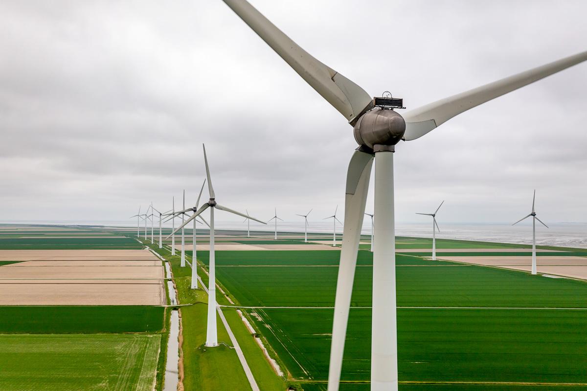 Drone services: Windenergie en windmolenparken aan de Eemshaven en de Waddenzee in Noord-Groningen, nabij de Eemshaven