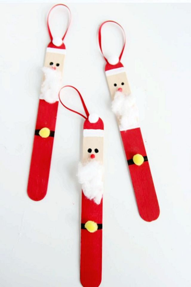 You can make Christmas decorations from ice cream sticks like this one. Invite your child to make it with your child and then you can hang it on the tree as an ornament.