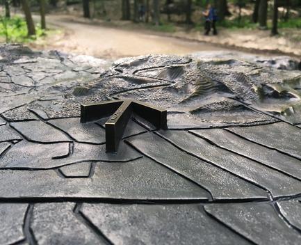 Press kit   2366-03 - Press release   Montreal Project Wins Major International Design Award - civiliti with Julie Margot design - Landscape Architecture - Close-up of bronze arrow on tridimentional map<br> - Photo credit: Julie Margot