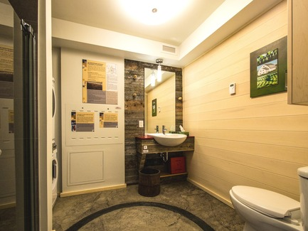 Press kit   837-17 - Press release   Showcase of Excellence in Green Building at the Reford Gardens - Jardins de Métis / Reford Gardens - Residential Architecture -  Bathroom  - Photo credit: Louise Tanguay