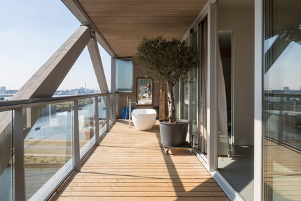 Press kit   2339-01 - Press release   PATCH22, a Highrise in Wood, Wins the WAN 2016 Residential Award - FRANTZEN et al - Residential Architecture - The loggia balconies on the south side of the buidling are 2 to 2,4m wide offering the posibilitie of using it as a real extension to the interior. Several owners have installed bathtubs on the balconies. Due to the extra slide away single glass sheet windscreens the climate on these loggia balconies is always more moderate than outside conditions. - Photo credit: Luuk Kramer<br>