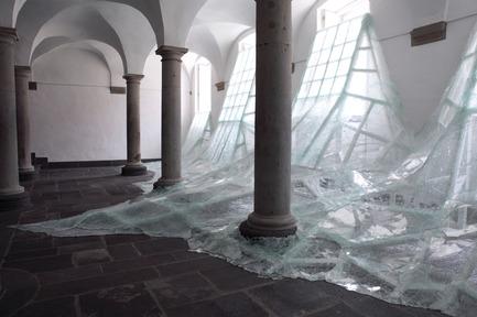Press kit | 985-01 - Press release | Aérial - Baptiste Debombourg - Art - Aérial, glass installation, nails, wood, 3x12x4,5m