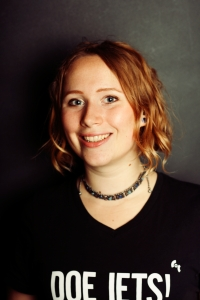 In het dagelijks leven is Eva een enthousiaste aardwetenschapper te Utrecht. Voor de film is ze bezig met de financien, de reserve-rechterhand van Maan en Hoofd Manusjes-Van-Alles. Haar favoriete ijssmaak is vanille met chocola en pindakaas.