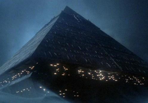 Piramide zburătoare gigant în jurul lumii