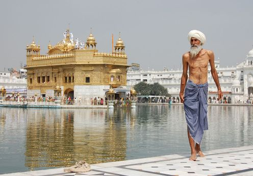 1024px-Sikh_pilgrim_at_the_Golden_Temple_(Harmandir_Sahib)_in_Amritsar,_India