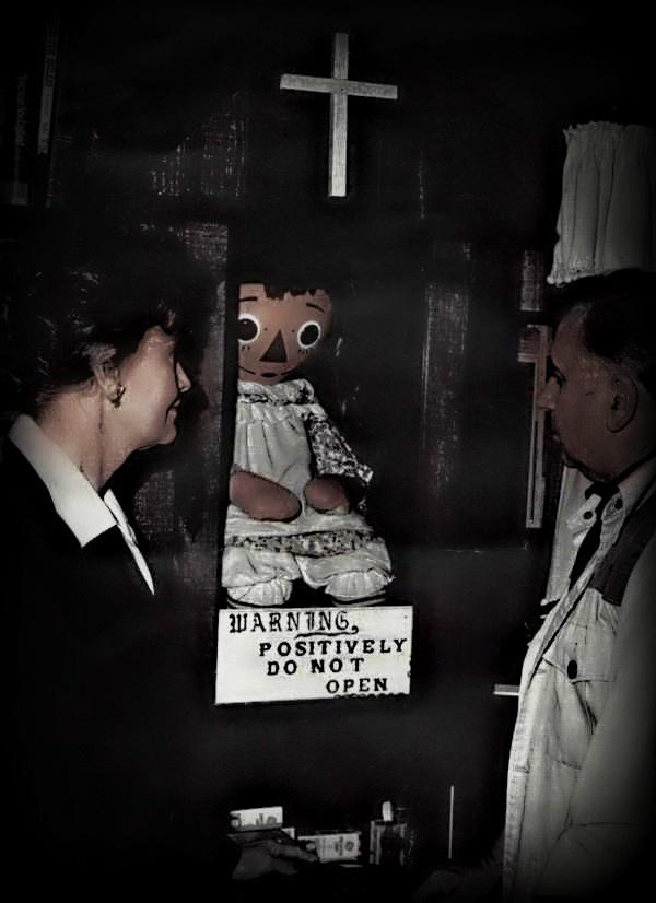Ed şi Lorraine Warren cu păpuşa Annabelle la Occult Museum. Autor foto Felipe112233. Sursă Wikipedia.