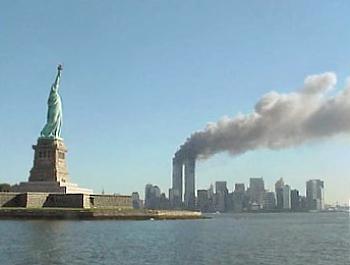 Statuia libertății şi turnurile de la WTC arzând. Foto de National Park Service. Sursa Wikipedia.