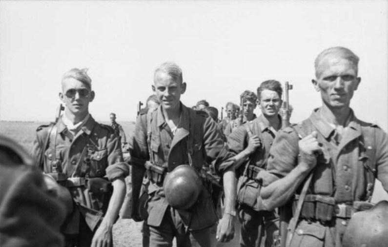 Soldaţi germani mărşăluind, foto de Klintzsch, German Federal Archives, Wikipedia