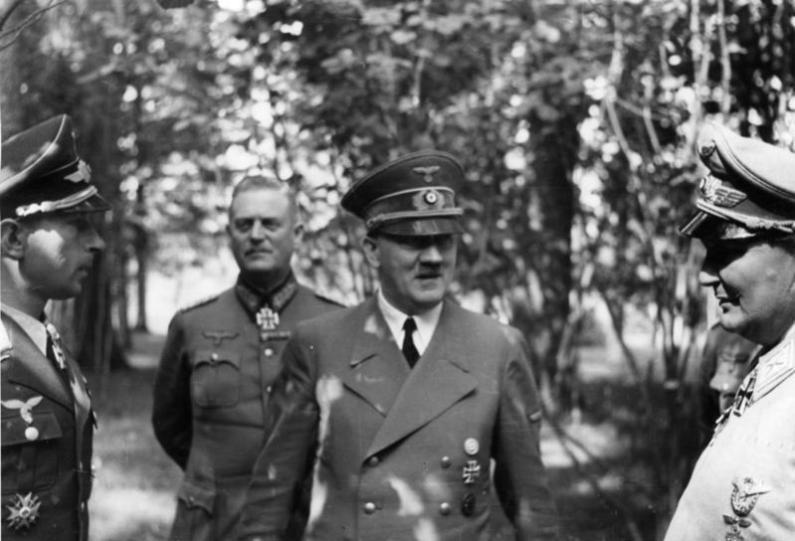 Hiltler înconjurat de Wilhelm Keitel,  Werner Mölders, Hermann Göring, Bundesarchiv, Bild, Wikipedia