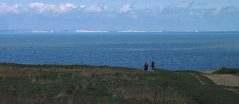 """Vedere de pe Cap Gris-Nez peste Canalul Mânecii """"White Cliffs of Dover', autor Rolf Süssbrich, sursă Wikipedia."""
