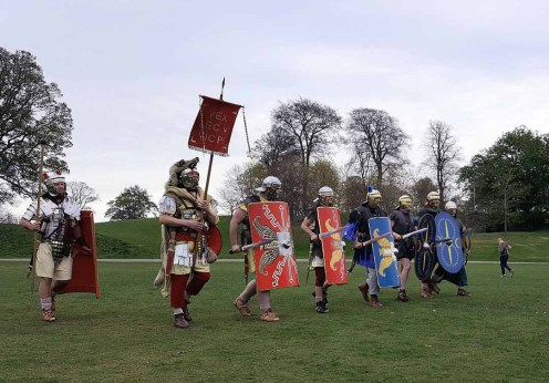 Romans_(Antonine_Guard_Living_History_Society)_parade_before_the_Roman_vs_Picts_5k_race,_Callendar_House
