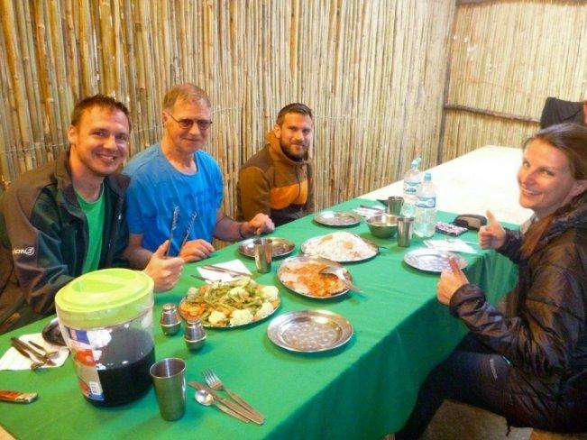 Eine viventura-Gruppe beim Essen in einer der Hütten unterwegs