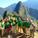 Südamerikas beste Reiseliter mit Reisegruppe vor Machu Picchu