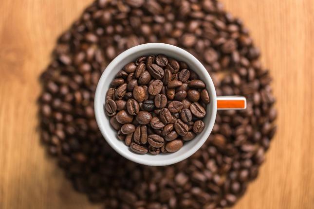 Braune Kaffeebohnen in Kaffeetasse