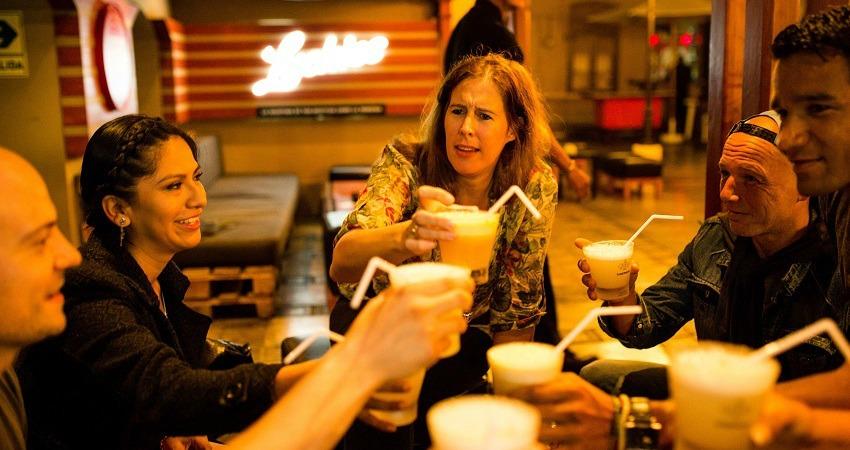 Lerne Spanisch auf deiner Südamerikareise. Zum Beispiel bei einem Pisco Sour in einer Bar in Lima, wie bei dieser Reisegruppe.