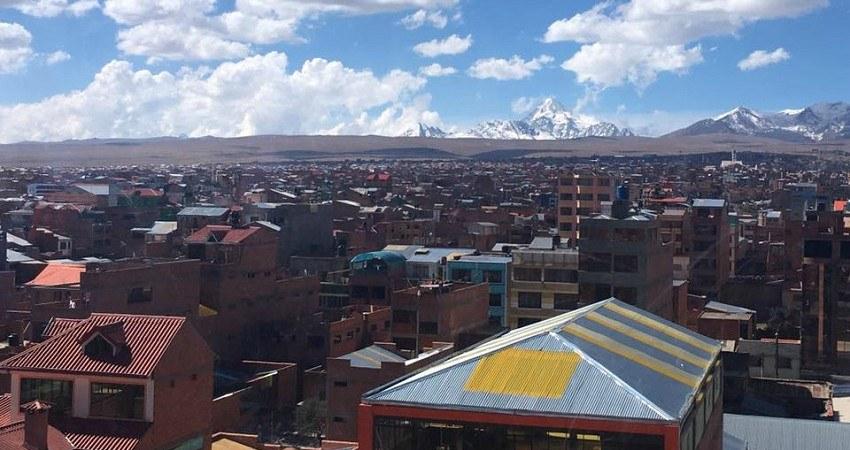 Menschenrechte in Bolivien: Aussicht über die Stadt El Alto mit Blick auf die schneebedeckten Berge. In den Straßen und Gassen möchte die Jugend endlich gehört werden.