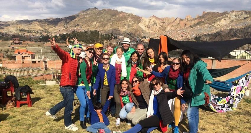 Praktikum in La Paz: Das viventura Büro ist immer für ein Spaß zu haben. Auf dem Bild das ganze Team im Garten, im Hintergrund das Gebirge der Anden.