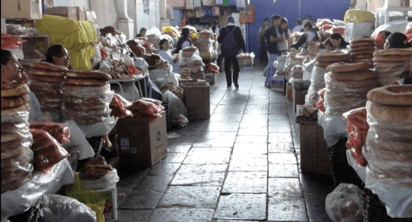 Der Markt San Pedro in Cusco erstreckt sich über mehrere Hallen und geht auch nach außen weiter.