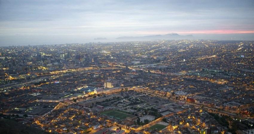Die Sicht auf das nächtliche Lima vom Cerro San Cristobal.
