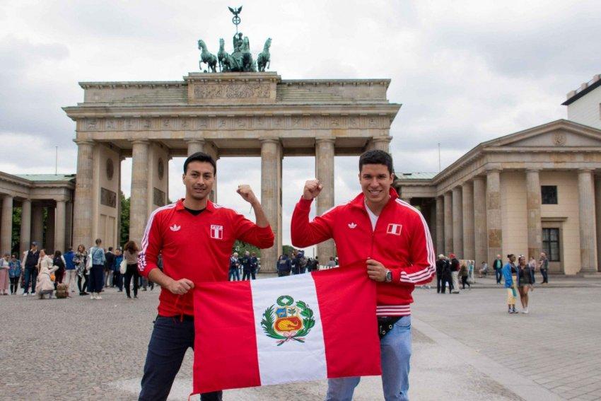 Juan und Carlos vor ihrem Abflug nach Serbien, von wo aus es weiter nach Russland für sie geht.