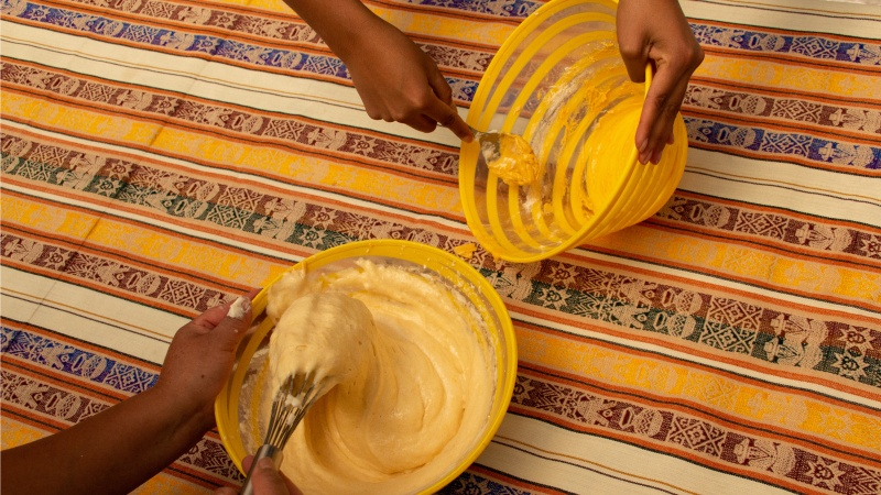 Die gelbe, mit Mehl vermengte und gezuckerte Eicreme und das Merengue langsam miteinander verrühren.